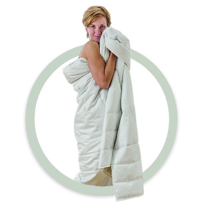 Frau mit Bettdecke